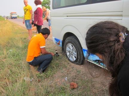 On our way to PP, flat tire! // Llanta reventada camino a Phnom Penh!