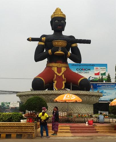 Battambang's founder... proof that their ancestors had dark skin, we were told. // El fundador de Battambang, prueba de que sus antepasados tenían la piel oscura, nos contaron.