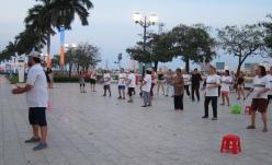 Public aerobic classes. // Clases de aeróbicos en la calle.