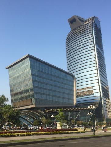Some cool modern buildings in PP. // También hay edificios modernos en PP.