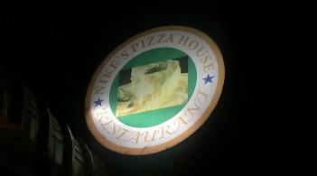 Yup, also Pizzas. // Sip, también se fabrica pizzas.