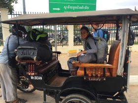 Cambodian tuk-tuk, so far our favorite. // Moto-taxi camboyano, hasta ahora nuestro modelo favorito.