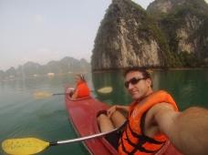 Exploring with a kayak. // Explorando en kayak.