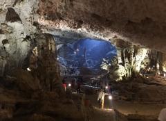 We visited a huuuuge cave. // Visitamos una cueva re-grande.