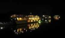 The night was also crowded out there. // La noche también fue populosa, ahí en alta mar.