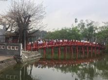 Crowded bridge. // Puente con sobre-población.