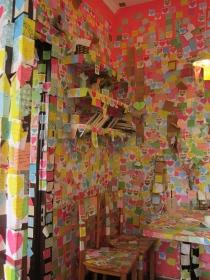They encourage you to leave notes on the walls. // Todos invitados a dejar notas en las paredes.