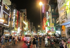 HCMC by night. // HCMC de noche.