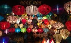 Lanterns, lanterns, more lanterns. // Lámparas y más lámparas.
