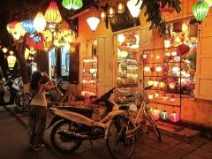 ...lanterns by night. // ... lámparas de noche.