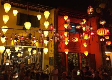 ... and more lanterns by night. // ... y más lámparas de noche.