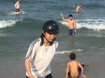 Sporting a new Nike beach-helmet. // Estrenando el nuevo casco playero Nike.