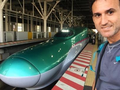 This is the latest bullet train. A bit nosy. // Este es el tren bala más moderno por ahora. Un poco narigón no?
