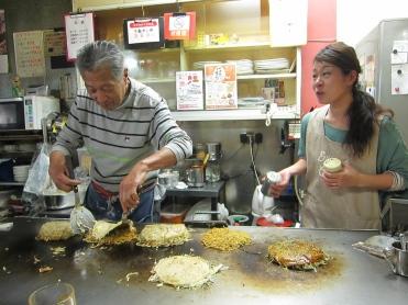 Family of okonomiyaki cheffs. // Familia de cheffs de okonomiyakis.