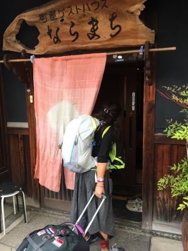 Curtains in front of the door are also quite common. // Cortinas delante de las puertas, muy típicas también.