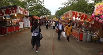 Almost every city has a few of these street food markets. // Casi todas las ciudades tienen alguna versión de estos mercados callejaros de comida.