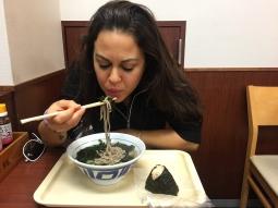 Slurping in those soba noodles. // Sorbiendo esos ricos fideos soba.