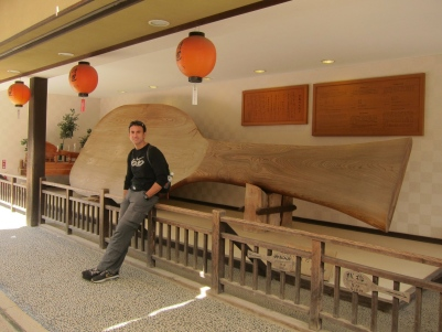 And World's largest rice spoon (woo hoo). // Y la cuchara arrocera más grande del mundo (oh wow).