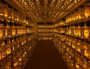"""...also thousands of """"real"""" lamps. // ... también hay miles y miles de lámpraras de las """"normales""""."""