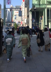 Kimonos in a business district. // Kimonos en un barrio oficinesco.