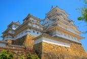 This is Himeji Castle, perhaps the most famous one. // Y este es el Castillo de Himeji, tal vez el más famoso de todos.