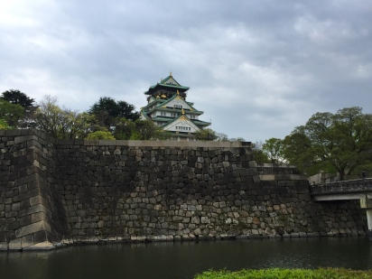 Osaka castle, surrounded by a wonderful park. // El castillo de Osaka, rodeado de un parque impresionante.